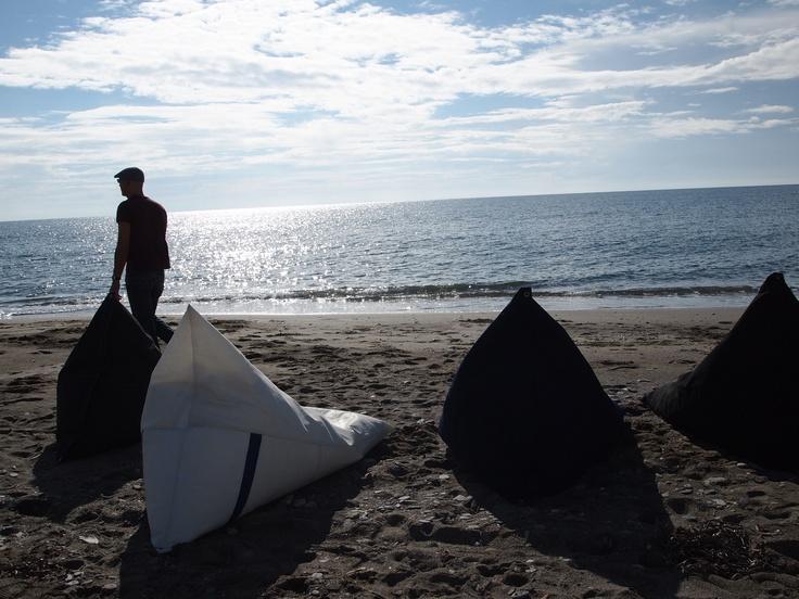 Pufs con vela reciclada y lona náutica Sunbrella plus para exterior.