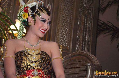 Vemale.com - Bahwa riasan pengantin ternyata memiliki makna tersendiri, mungkin Anda sudah tahu. Lantas, apa keunikan riasan pengantin ala Yogyakarta, yuk kita intip di sini.