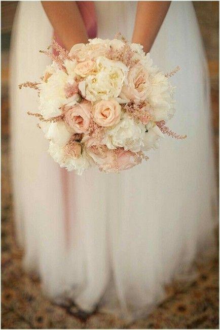 Bouquet di nozze dai colori tenui. Rosa antico e panna con fiori di campo dal colore rosa quarzo.