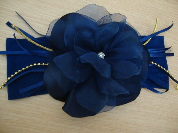 Faixa para bebê azul marinho em meia de seda, florzinha em cetim e organza delicada, fitas ,strass e cordões. Disponivel também na cor branca,rosa bebe,pink,preta, e vermelha. Informe a idade da bebê.