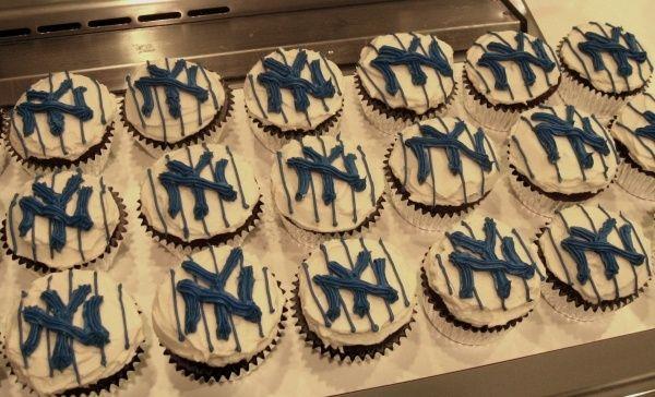ny yankees baby shower decorations   NY Yankee cupcakes