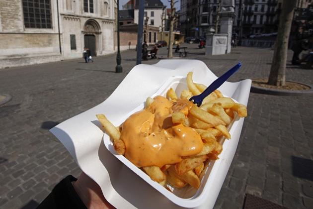 Belgische Fritten (Pommes frites) am Place de la Chapelle