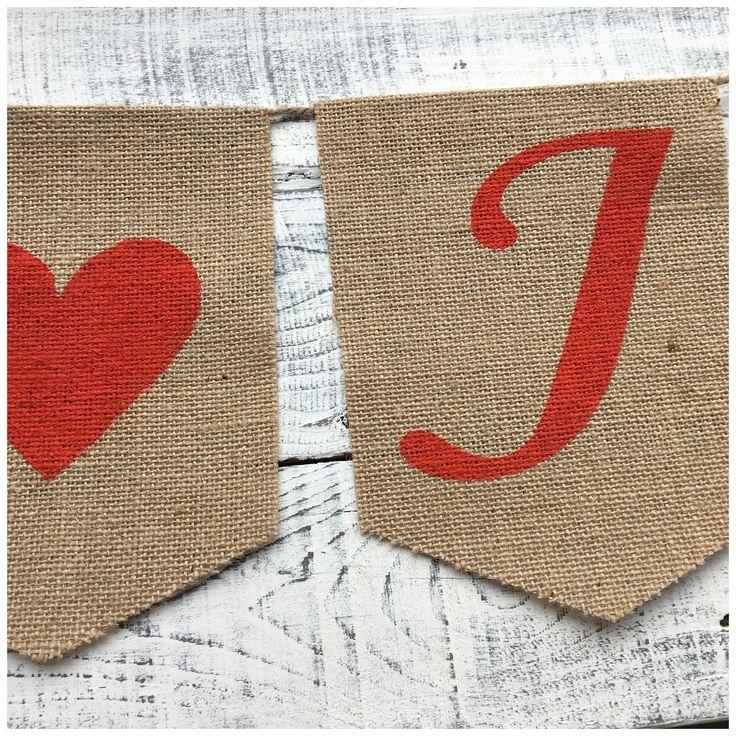 Rode sierlijke letters op jute ❤️   Naamslinger   Trouwen   Bruiloft   Decoratie   Zelf samenstellen