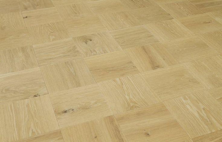 Vloer van houten tegels. De houten planken worden op tegelformaat gezaagd en in een patroon gelegd. Maten kunnen variëren, maar het resultaat is verrassend: een speelse, maar toch moderne warme vloer. De houten tegels worden gemaakt van duurzaam eiken hout.