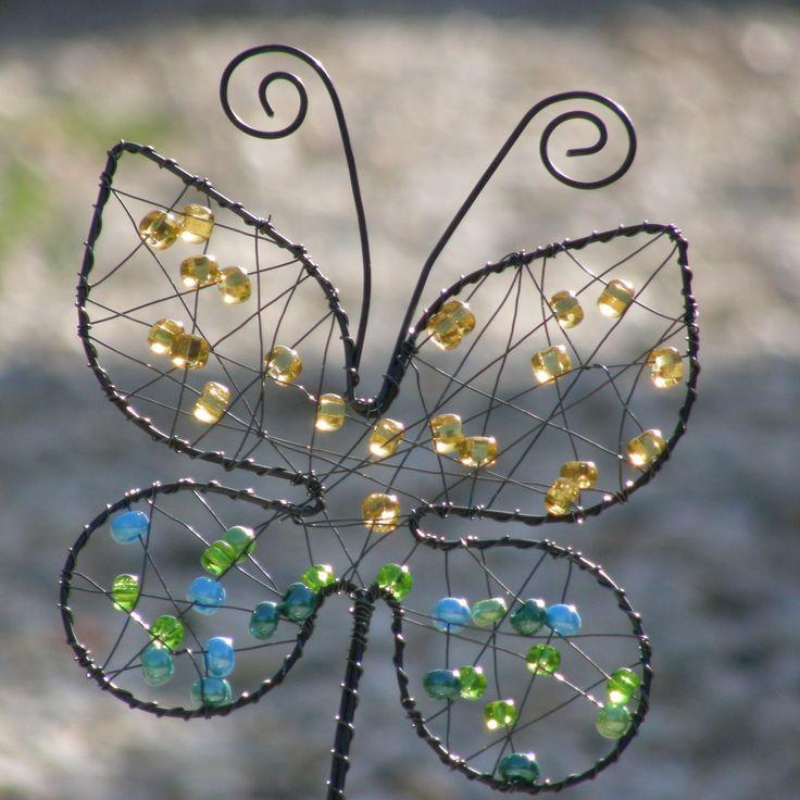 Zápich Motýl větší Drátovaný zápich ze železného černého drátu ozdobenýskleněnýmikorálkyvhodný např. do květináče ale i do suchých vazeb i jako ozdoba do vázy, korálky se na sluníčku krásně třpytí. Zápich je dlouhý40 cm,motýl má průměr17 cm. Tento motýl patří svým druhem mezi opravdu veliké, už brzy dostane menší bratříčky. Motýla ...