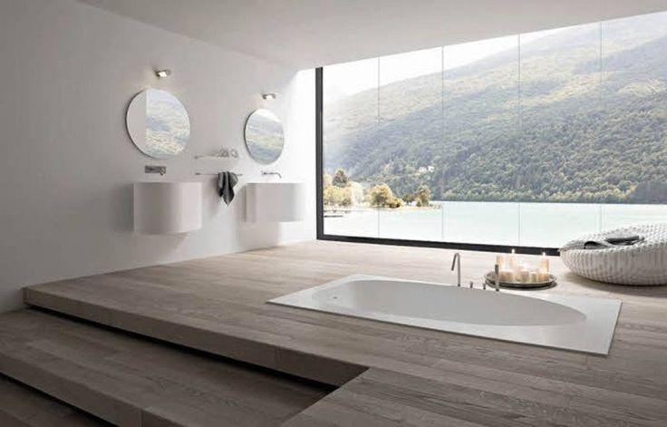 Increible baño con vistas a un lago.