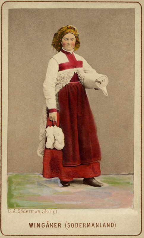Kvinna i sockendräkt från Vingåker, Södermanland. Världsutställningen i Wien 1873 - Nordiska Museet - NMA.0039894 - Svenska folkdräkter – Wikipedia