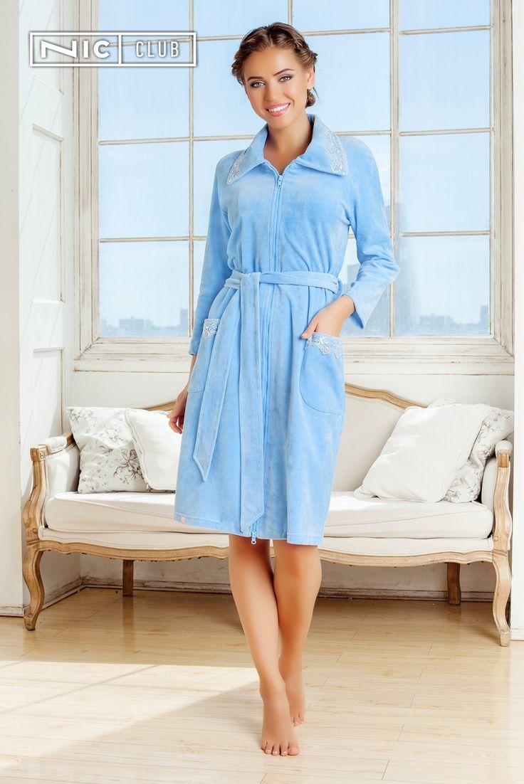 Халат Tenerezza («Тенерецца») — прямого силуэта, средней длины, на молнии, завязывается на мягкий пояс. Широкая кружевная тесьма в тон основной ткани декорирует низ рукавов длиной ¾ и накладные карманы.   #bathrobe #morning #blue #womansclothing #homewear #loungewear #nicclub #халат #женскийхалат #велюровыйхалат #халатскружевом #велюр #кружево