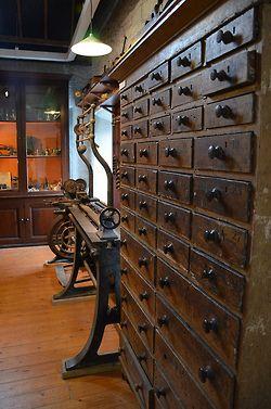 tuttoirlanda:  Old drawers chest on Flickr. Antica cassettiera, presumo utilizzata per lo storage di campioni di laboratorio. Siamo al Centr...