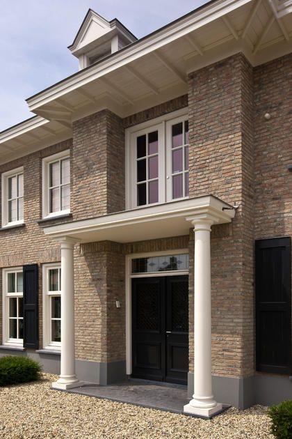 Pangedekte villa, prachtig portaal t.p.v. dubbele voordeur