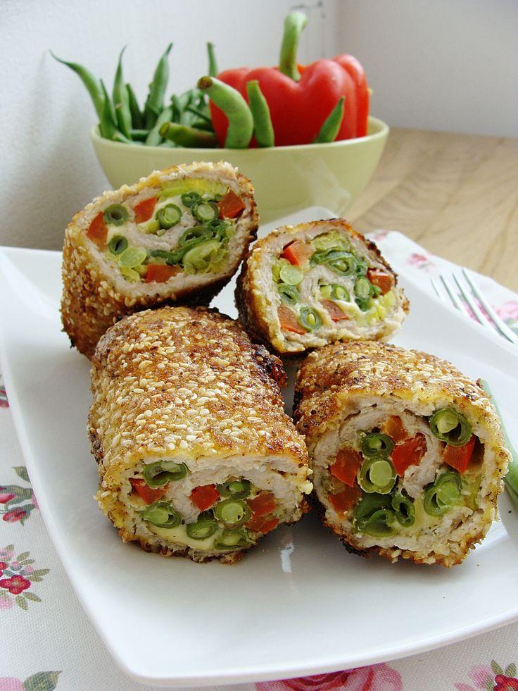 Kolorowe roladki to schabowe z bogatym wnętrzem z fasolką szparagową,czerwoną papryką i serem,taki obiad na pewno nie będzie nudny!