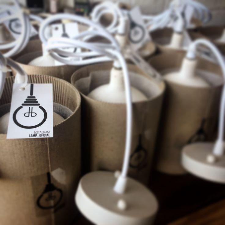 Empaque de lámparas colgantes de concreto blanco. Proyecto: 100% Natural