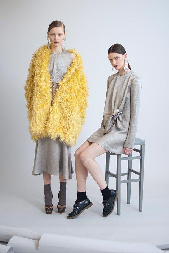 Prenda FW 2015: Isa Arfen: dos propuestas diferentes en plata y amarillo. Calcetines con zapatos de cordones o sandalias. Looks atrevidos para mujeres formales e inconformistas