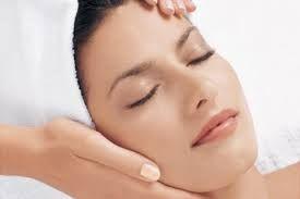 """Come possiamo curare la pelle del nostro viso dopo questa """"non-estate""""? Ne abbiamo discusso con la nostra estetista."""