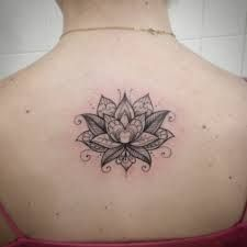 Resultado de imagen para flor de loto tatoo espalda