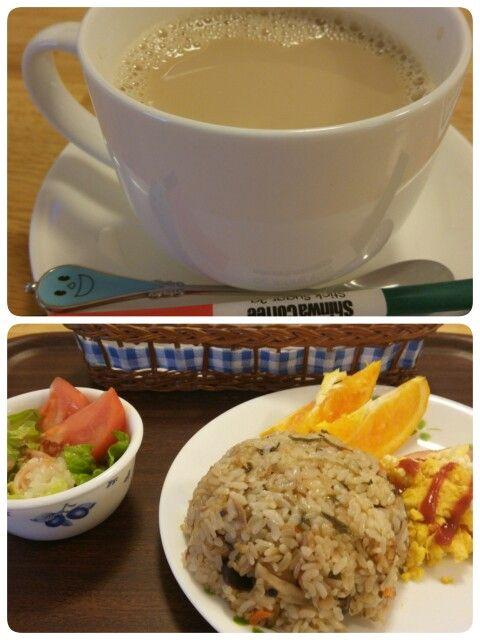 今日のお昼ごはんは炊き込みご飯セットとカフェオレいただいています。