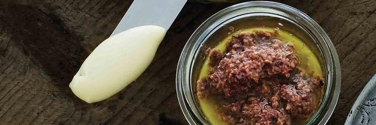 Du kan också skära små bitar av rostat vetebröd med tapenaden och servera som apéritif.