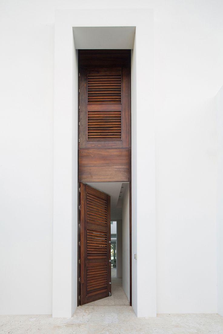 """Modernes Haus mit ungewöhnlicher Eingangstür (""""Biscayne Bay Residence"""") """"Mood Board Brown"""" by http://www.leuchtend-grau.de/"""