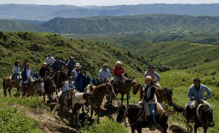 Catamarca, pueblos de colores que cuelgan de la montaña. Baqueanos, turistas y vecinos de Las Juntas comparten las cabalgatas hasta el puesto La Silleta / Turismo Catamarca.