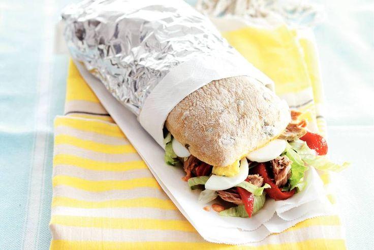 Ideaal voor een picknick of dagje strand - Ciabatta met tonijn, ei en paprika - Recept - Allerhande