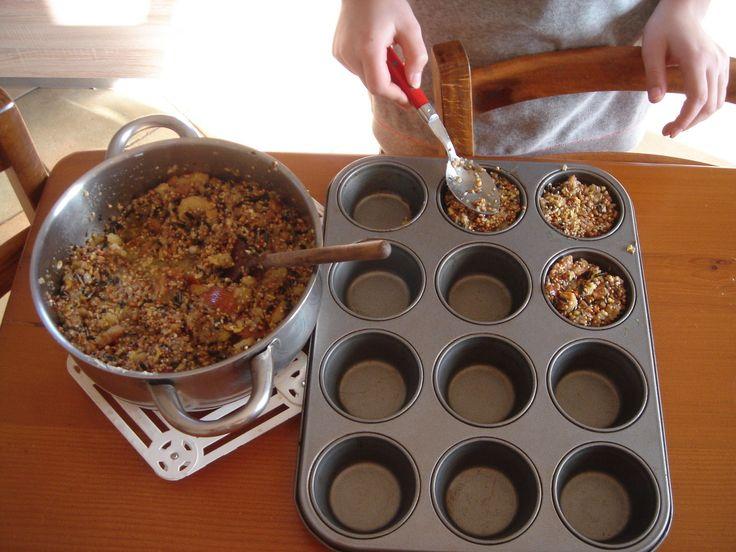 Bonjours à tous L'hiver est déjà bien installé. Les oiseaux n'ont presque plus rien à manger, alors avec mon apprentie nous avons préparé des boules de graisses. Dans une casserole nous avons fait fondre 500 g de margarine, émietté le pain sec et mélangé...