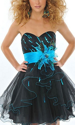 I love this dress! I would totally wear this to homecoming or something...