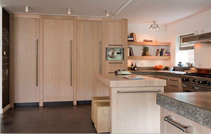 Luxe maatwerk massief eiken houten keuken met vlakke fronten - Vikinig handgrepen - betonnen werkbladen - Viking en Miele apparatuur - The Living Kitchen by Paul van de Kooi