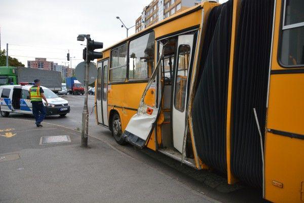 Busz ütközött teherautóval Nyíregyházán