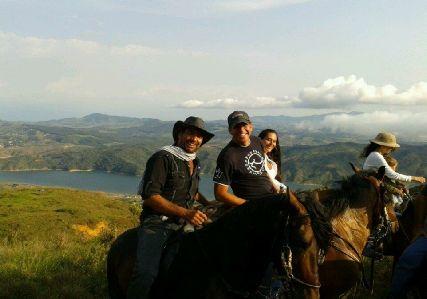 Si vas a Colombia, y quieres visitar lugares espectaculares. Te recomendamos visitar el Lago Calima y Alquilar una de las hermosas Fincas en el Lago Calima. La pasaran espectacular.