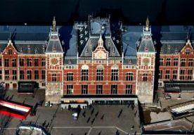 28-Oct-2013 11:29 - TREINVERKEER ERNSTIG VERSTOORD. De storm die over het land trekt, leidt tot grote problemen op het spoor. Onder meer het treinverkeer van en naar Amsterdam Centraal is stilgelegd vanwege stormschade. Ook ten noorden van Zwolle rijden geen treinen. De NS vindt de situatie op het spoor rond Amsterdam op dit moment te gevaarlijk om te gaan rijden. Op verschillende plaatsen zijn bomen op het spoor of op de bovenleiding terechtgekomen. Omdat de storm nog steeds woedt,...