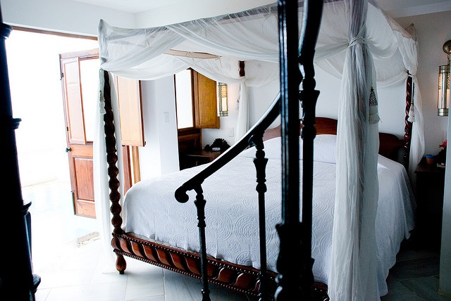 canopy bed against the - photo #32