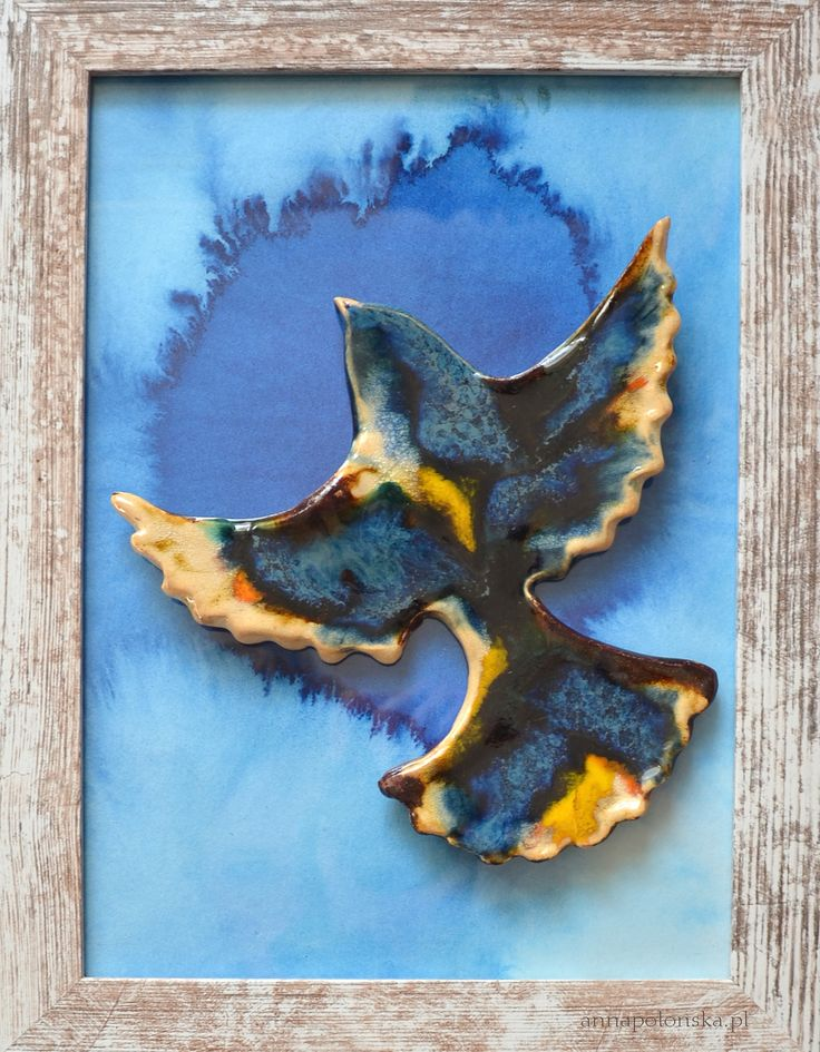 """""""Obraz z ceramicznym ptakiem I"""", 21,5x27,5 cm; Ceramiczny obraz jest unikalną dekoracją wnętrza. Obraz łączy w sobie różne techniki. Element obrazu – biała glina ceramiczna; Tło – tusz/akryl na papierze; zabezpieczone szklaną szybką."""