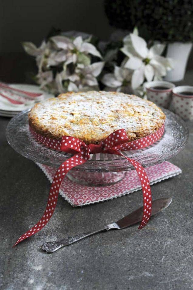Recept på en saftig och lyxig saffranskaka. Som en sockerkaka med smak av jul och här är den toppad med knaprigt lager av tosca. Mums!