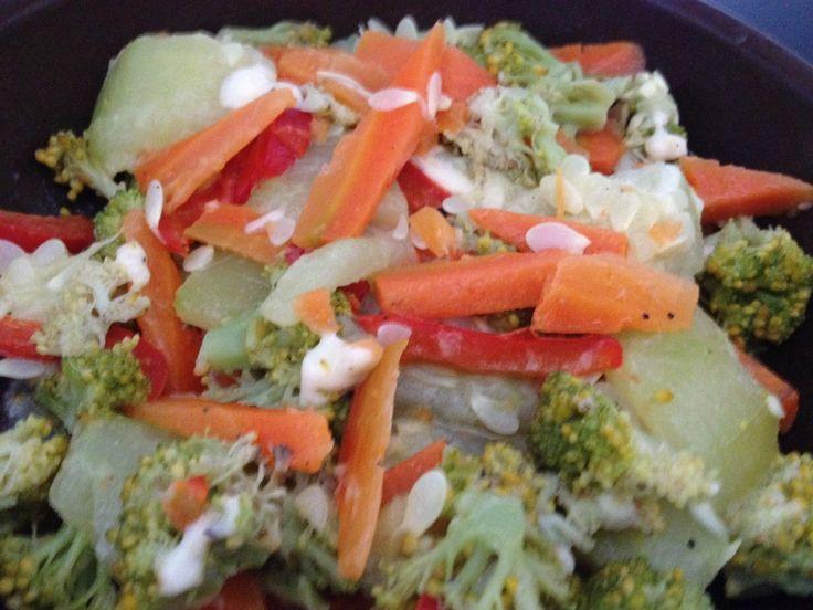 #Vegetales Cocinados; Zanahoria, Calabacín, Pimentón y Brócoli con aderezo de S&P, aceite, vinagre, una cucharadita de mayonesa y una cucharada de queso blanco rallado