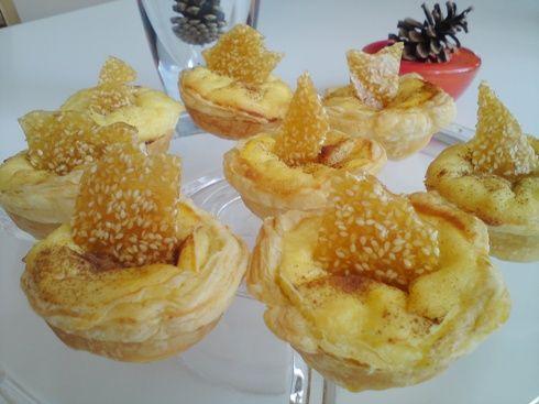 Captain Cook: Ευκολες ατομικές γαλατόπιτες με μέλι και καραμελωμένο σουσάμι