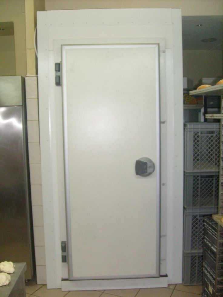 Small refrigerator door with 80mm thickness for positive temperatures.