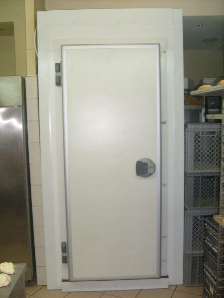 Εσωτερική λεπτομέρια ψυκτικού θαλάμου. Διακρίνεται η υγειονομική γωνία και το υγειονομικό σοβατεπί, το ειδικό πάτωμα η κάσσα της πόρτας καθώς και οι μενεσέδες με το κλείστρο. Κεντρική λήψη από μακριά. - Inner detail of a small cold room. You can see the hygiene profiles (Hygiene corner and hygiene plinth), the special wood floor and also the door frame with the hinges and the fastener. Central view.