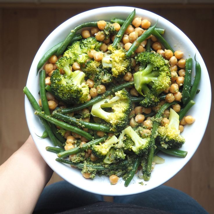 Chickpeas, green beans, broccoli and pesto bowl