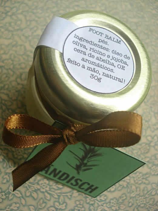 Foot Balm: Hidrata pés secos e calcanhares rachados. Contém ingredientes conhecidos por ter benefícios antibacterianos e antimicrobianos. Você vai se apaixonar com a sensação de aquecimento e o aroma fresco fantástico. Ingredientes: Óleo de oliva, rícino e jojoba, cera de abelha orgânica, óleos essenciais de alecrim, hortelã-pimenta orgânico, cardamomo, tea-tree, eucalipto globulus orgânico e cedro atlas orgânico. Preço: R$20.00