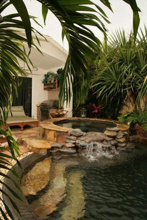 Jacuzzi y piscina con cascada decoraciones de for Piscinas con jacuzzi y cascada