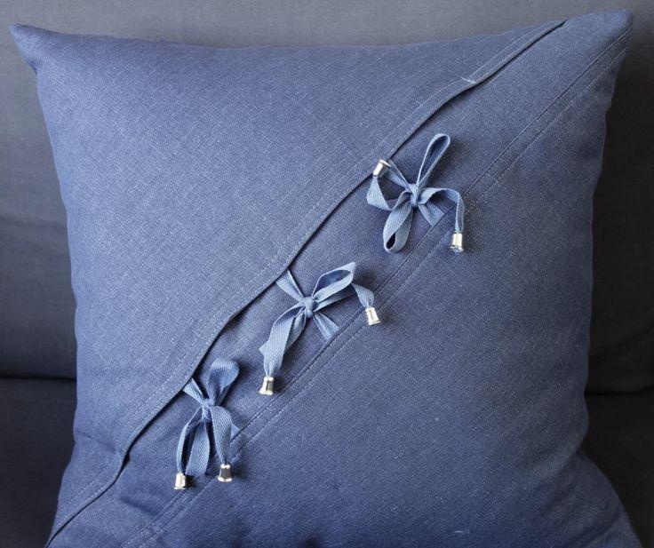 Dżinsowa poduszka z boa - piękne zapięcie (sprzedawca: KakaduArt), do kupienia w DecoBazaar.com