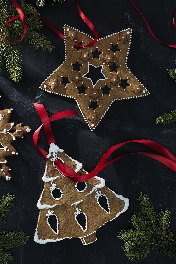 Decorate your window with gingerbread cookies  www.panduro.com Christmas Sweets by Panduro #christmas #decoration #DIY #sweets #scandinavian #nordic #gingerbread #cookies #pepparkakor #icing #kristyr