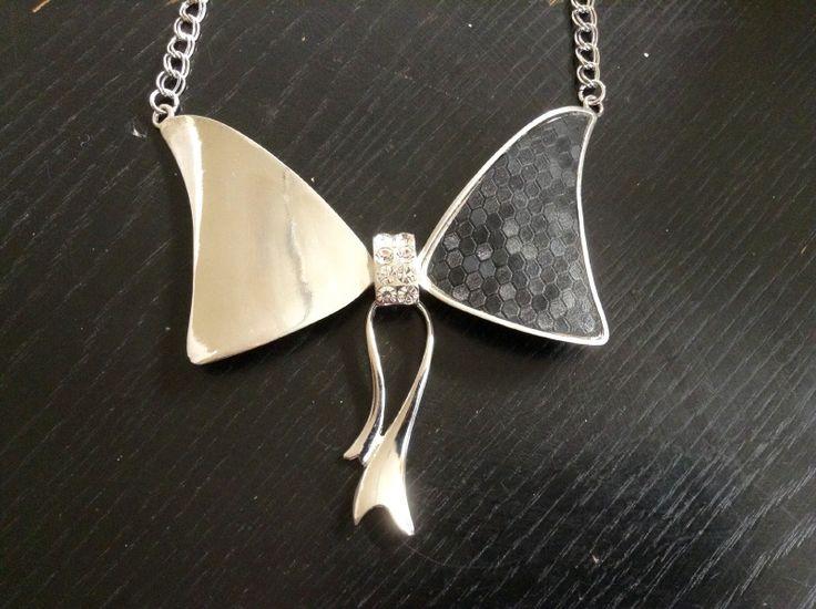 een zwart/zilveren strik ketting, met in het midden kleine steentjes.