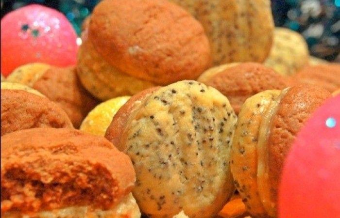 Песочное печенье с маком и какао http://mirpovara.ru/recept/2887-pesochnoe-pechene-s-makom-i-kakao.html  В данном рецепте представлено оригинальное песочное печенье, половина которого делается с маком, а п...  Ингредиенты:  Для печенья  • Масло сливочное - 200г. • Яичный желток - 1шт. • Пудра сахарная - 100г. • Мука пшеничная - 200г. • Мука кукурузная - 100г. • Разрыхлитель теста - 1ч. л. • Какао - 3ст. л. • Мак - 3ст. л.  Для крема  • Халва подсолнечная - 60г. • Масло сливочное - 60г…