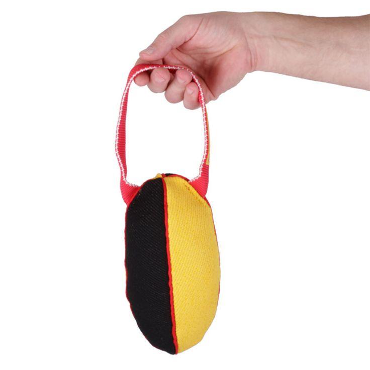 Gryzak zabawka dla psa dostępny w dwóch rozmiarach, wykonany z materiału ringowego.