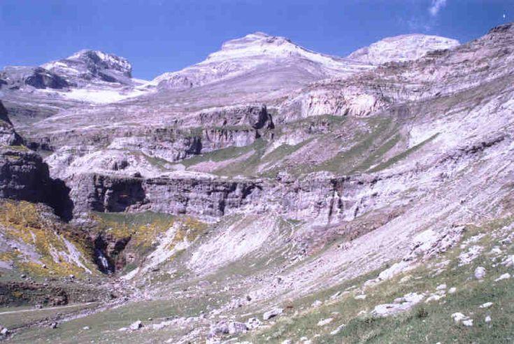 Maciço do Monte Perdido visto do Sul, da parte final da Senda dos Caçadores no Vale de Ordesa. Da esquerda para a direita: o Cilindro de Marboré (3.335  m), o Monte Perdido (3.355 m) e o Pico de Añisclo ou Soum de Ramond (3.254 m). Esses três picos são chamados de Três Irmãos. Abaixo à esquerda se distingue a Cascata Cola de Caballo. Parque Nacional de Ordesa e Monte Perdido, Huesca, Aragão, Espanha.  Fotografia: JMSE.
