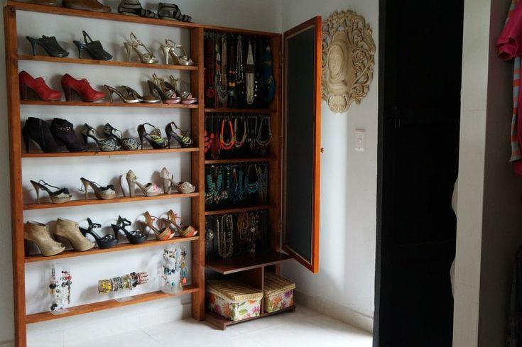 Ideas para construir un vestidor low cost. http://decoracioncasarural.blogspot.com.co/ #vestidor. #low cost. #vestidor bajo costo. #bajo costo. #reciclado. #peinador #infografía #madera reutilizada #vestidor low cost