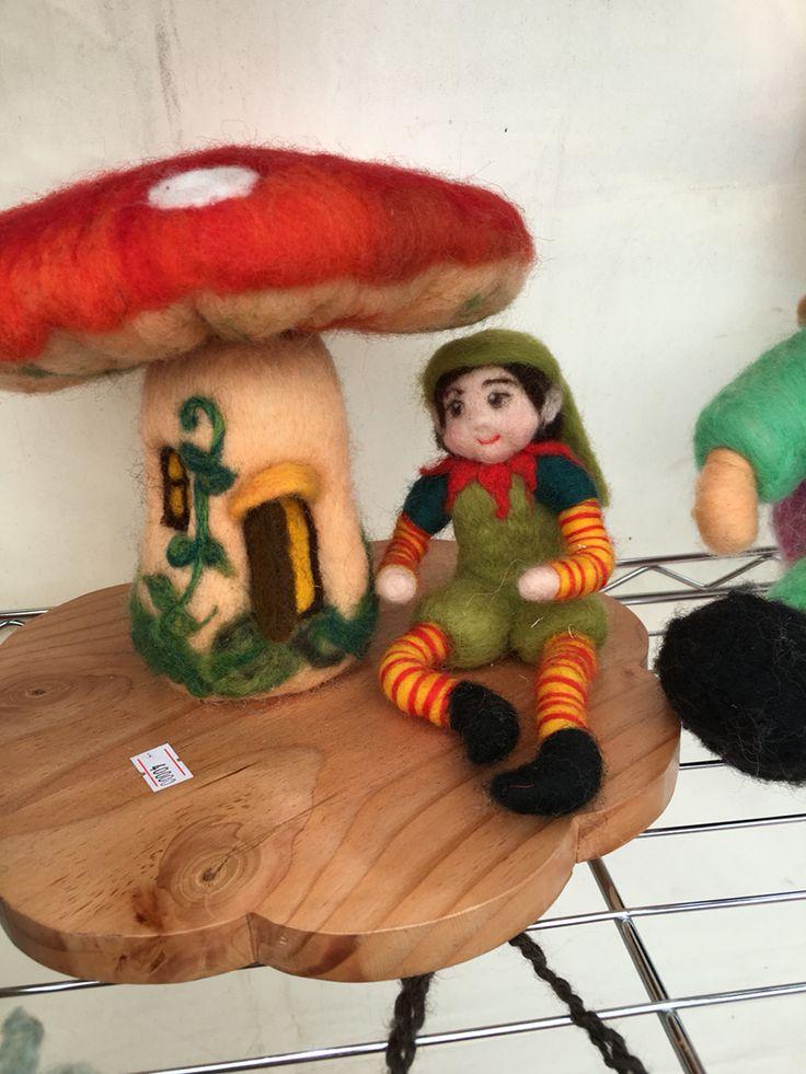 Honguito con su duende sobre una base de pino oregon chileno