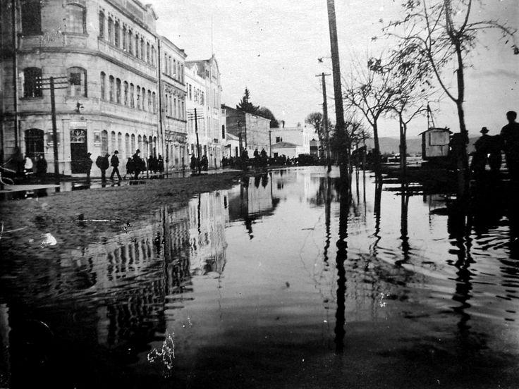 Costanera, o también,  Avenida Prat entre el edificio de la Aduana, hoy inexistente y calle Arauco