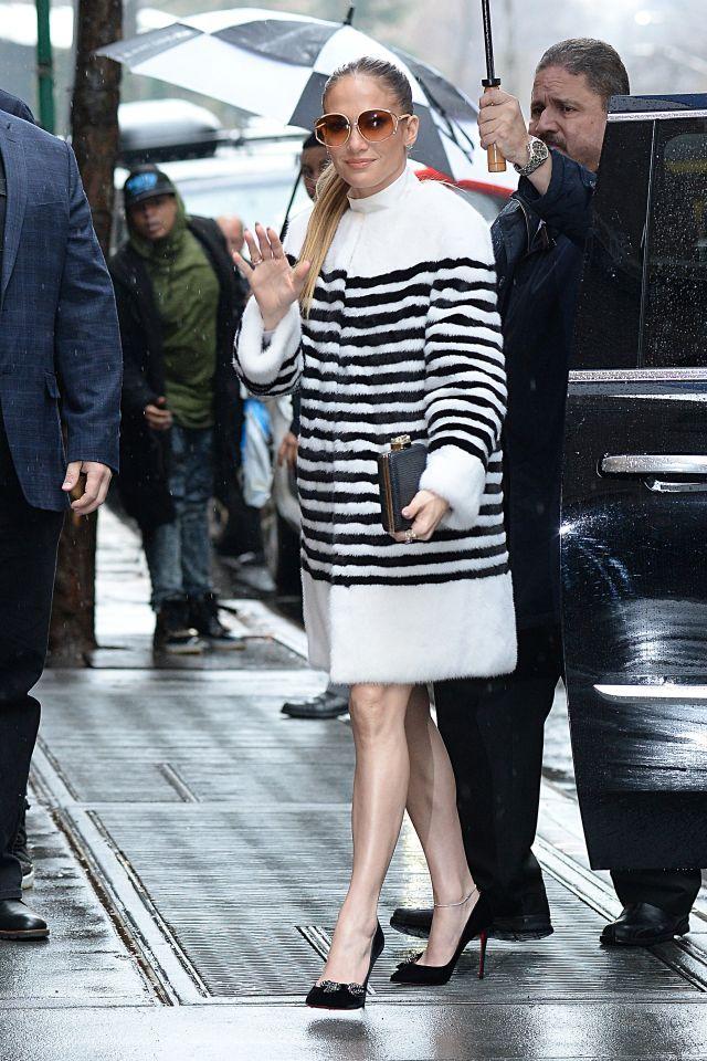 Kratšiu si už obliecť nemohla! JLo odhalila sexi nohy v minisukni, v tomto outfite bola neprehliadnuteľná | Casprezeny.sk